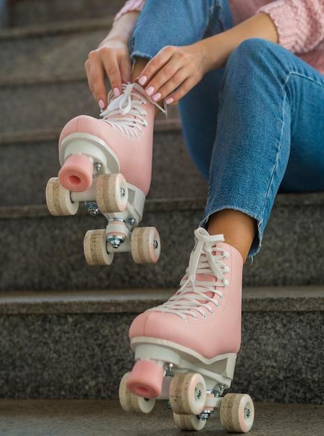 Mulher na escada, colocando em patins Foto gratuita