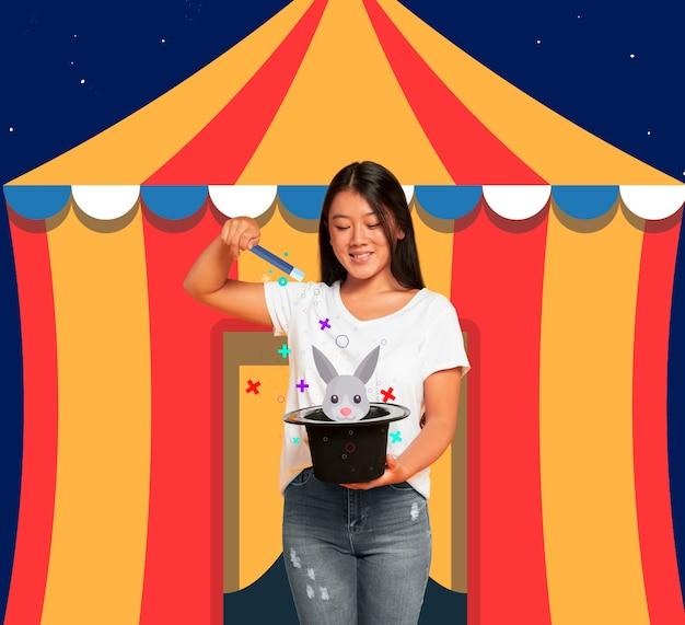 Mulher na frente de uma tenda de circo com um chapéu de coco Foto gratuita