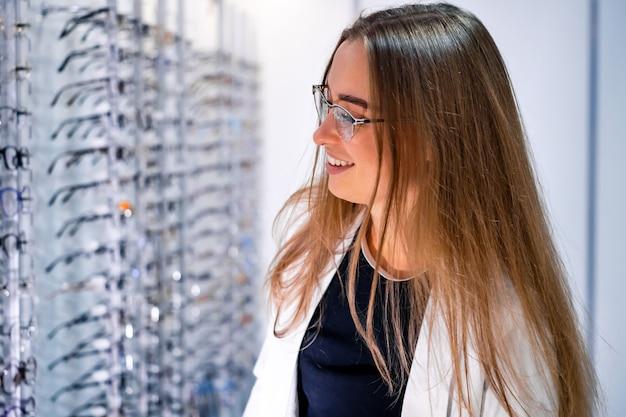 Mulher na loja de óculos Foto Premium