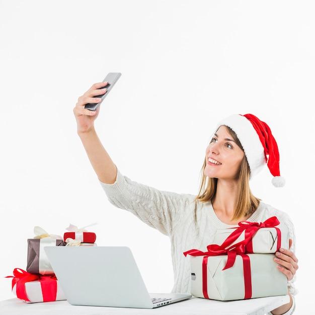 Mulher na mesa tomando selfie Foto gratuita
