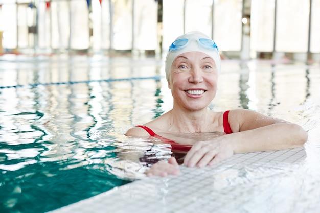 Mulher na piscina Foto gratuita