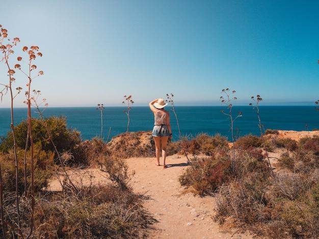 Mulher na ponta da piedade, um local pitoresco em portugal Foto gratuita
