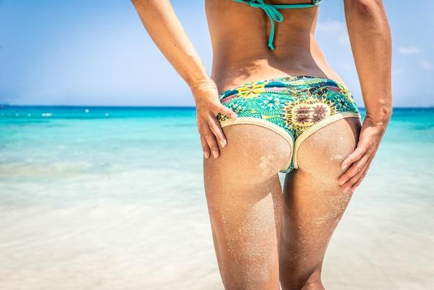 Mulher na praia Foto Premium