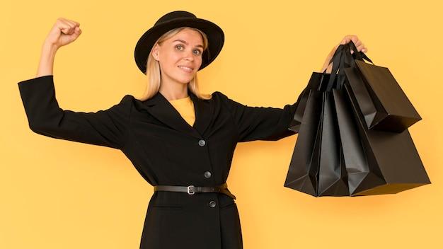 Mulher na venda de sexta-feira negra, tiro médio Foto gratuita