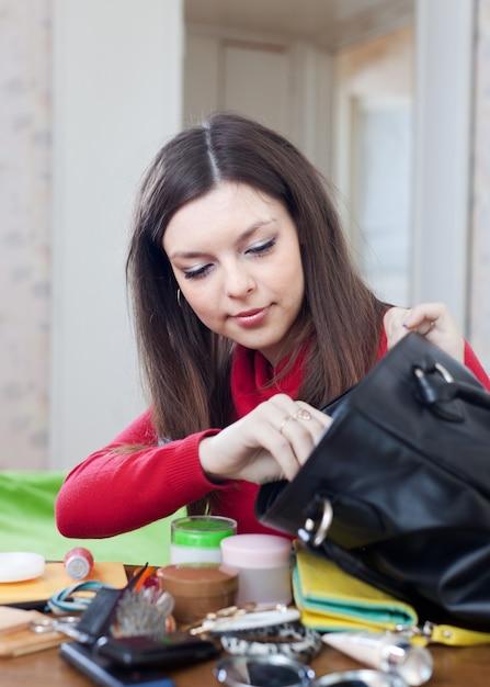 Mulher não consegue encontrar nada em sua bolsa Foto gratuita