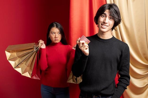 Mulher não divertida posando com homem para o ano novo chinês Foto gratuita