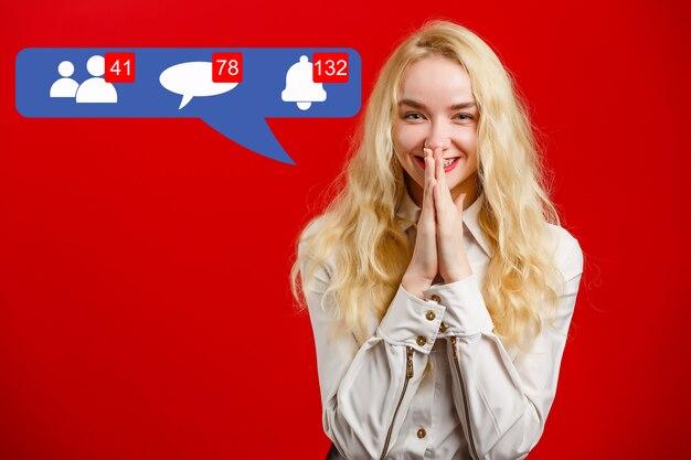 Mulher nas redes sociais Foto Premium
