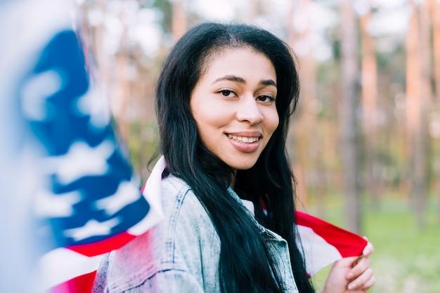 Mulher nativa americana com bandeira do eua Foto gratuita