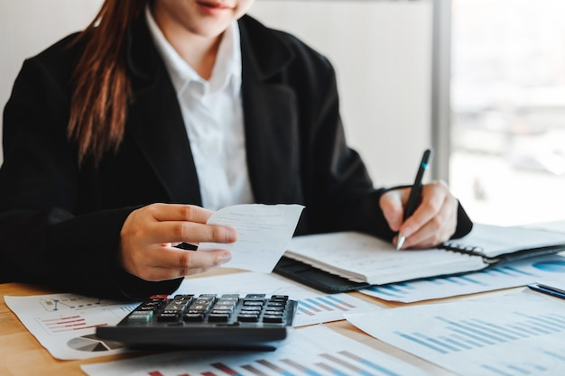 Mulher negócio contabilidade investimento financeiro, ligado, calculadora custo negócio econômico, e, mercado Foto Premium