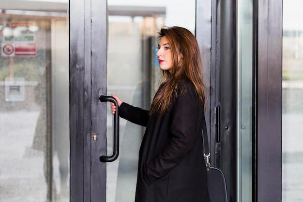 Mulher negócio, em, pretas, entrar, predios Foto gratuita