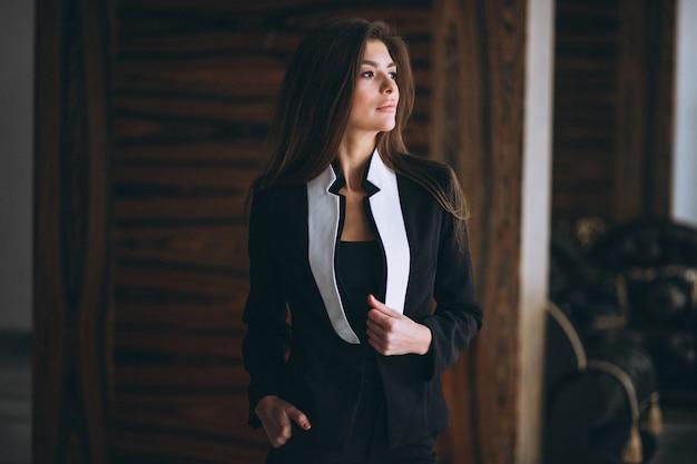 Mulher negócio, em, terno preto Foto gratuita