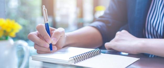 Mulher negócio, escrita, ligado, um, notebookwith, um, caneta, escritório Foto Premium
