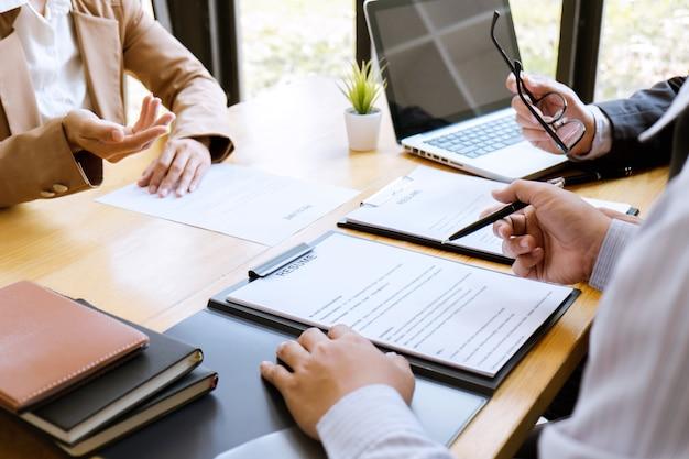 Mulher negócio, explicando, sobre, seu, perfil, para, comitê, gerente, sentando, em, durante, trabalho, entrevista Foto Premium