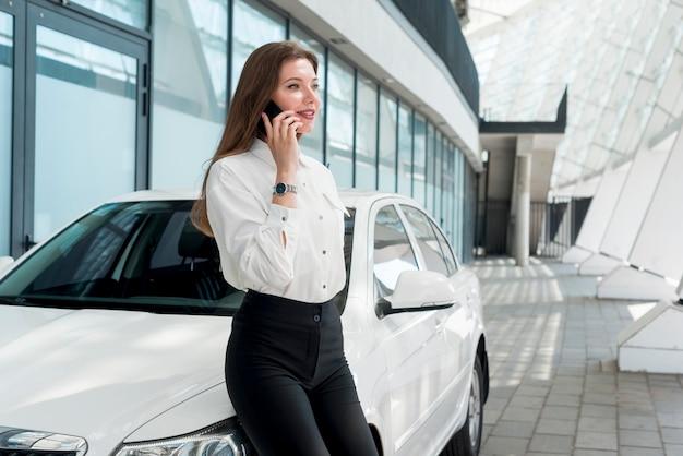 Mulher negócio, falando, por, telefone Foto gratuita