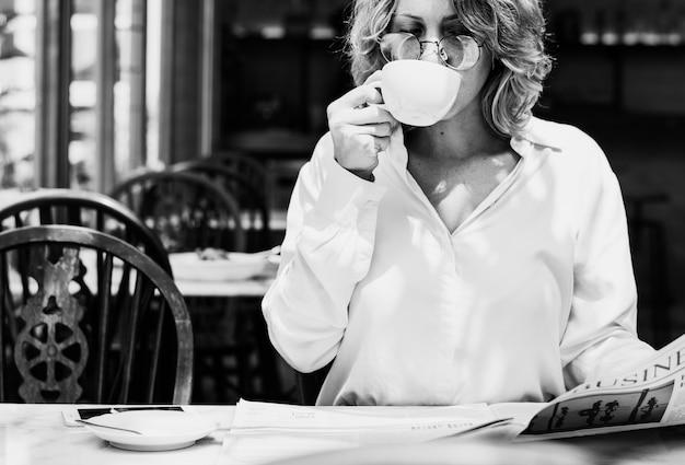Mulher negócio, jornal leitura, de manhã Foto gratuita