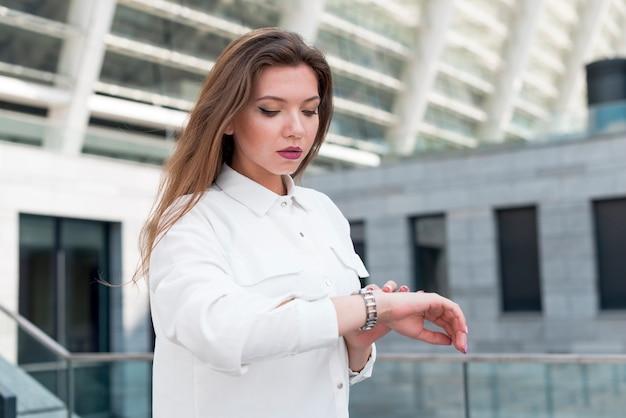 Mulher negócio, olhar, dela, relógio Foto gratuita
