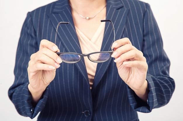 Mulher negócio, segurar um óculos Foto Premium