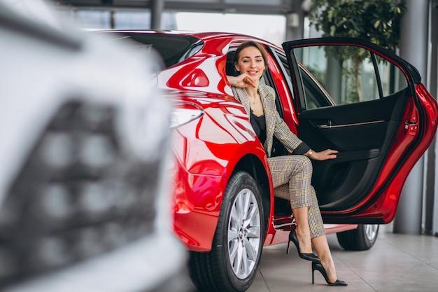 Mulher negócio, sentando, em, um, carro vermelho Foto gratuita
