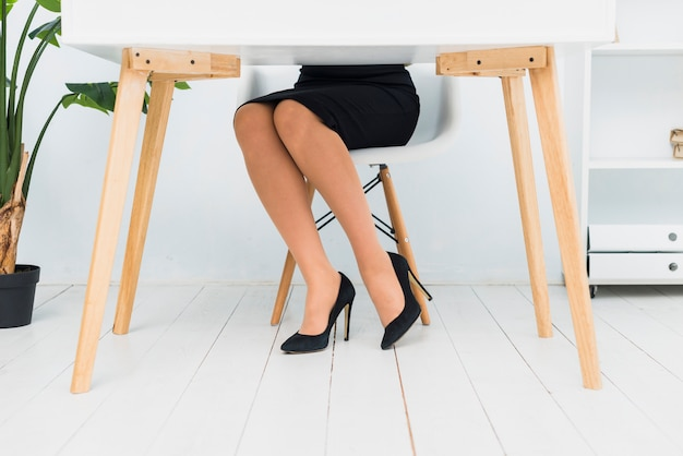 Mulher negócio, sentando, tabela Foto gratuita