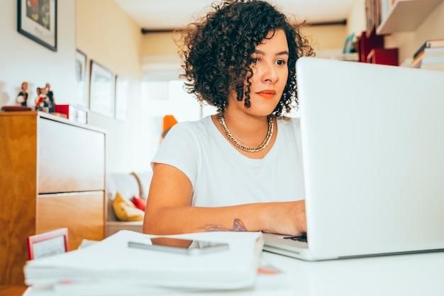 Mulher negócio, trabalhando casa Foto Premium