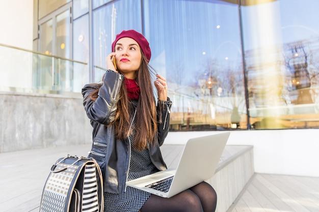 Mulher negócio, trabalhando, cidade, de, moscou Foto Premium