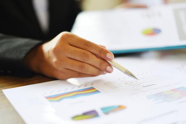 Mulher negócio, trabalhando, em, escritório, com, verificar, relatório negócio, ligado, a, mesa, tabela, /, preparar, relatório, dinheiro, analisando, gráficos Foto Premium