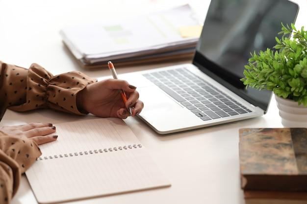 Mulher negócio, trabalhando, em, escritório Foto Premium