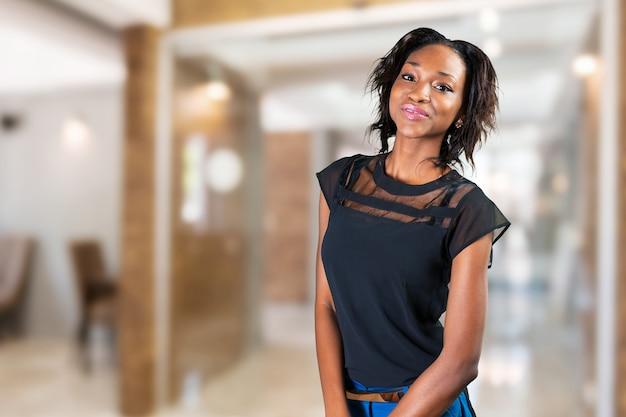 Mulher negra bonita está sorrindo Foto Premium