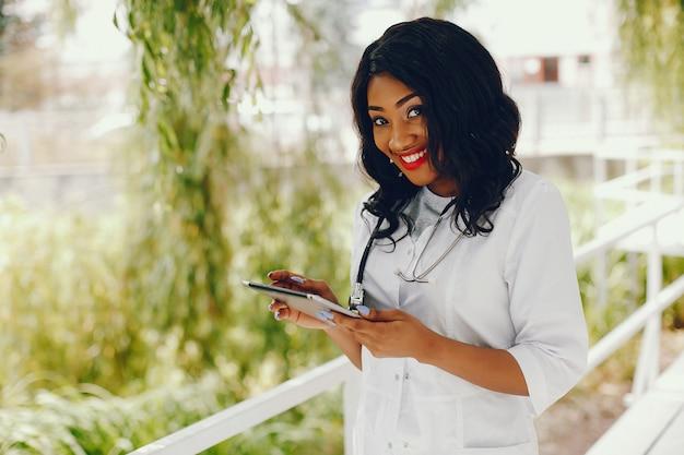 Mulher negra com estetoscópio Foto gratuita