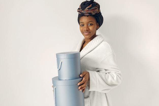 Mulher negra com presentes Foto gratuita