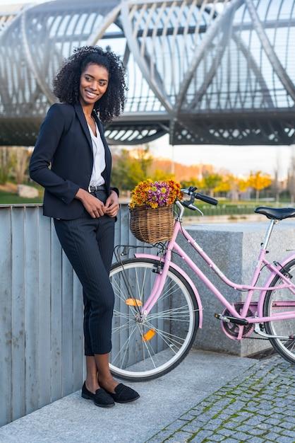 Mulher negra de negócios com bicicleta vintage Foto Premium