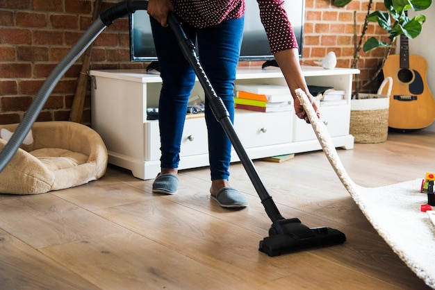 Mulher negra é sala de limpeza Foto Premium