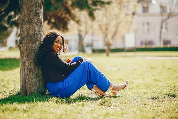 Mulher negra em um parque Foto gratuita