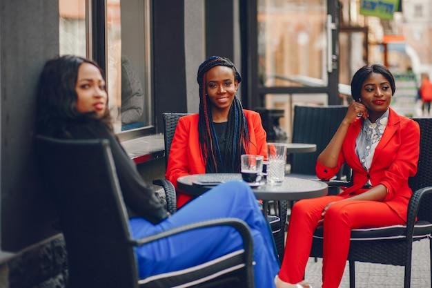 Mulher negra em uma cidade Foto gratuita