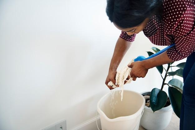 Mulher negra, sala de limpeza Foto gratuita