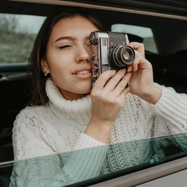 Mulher no carro tirando uma foto Foto gratuita