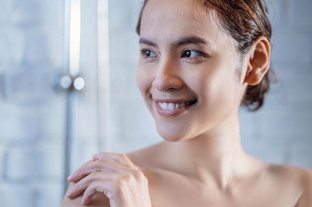 Mulher no chuveiro Foto gratuita