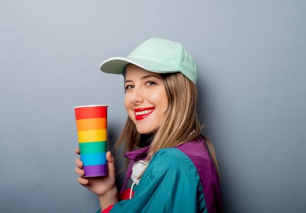 Mulher no estilo de roupa dos anos 90 com copo de bebida Foto Premium