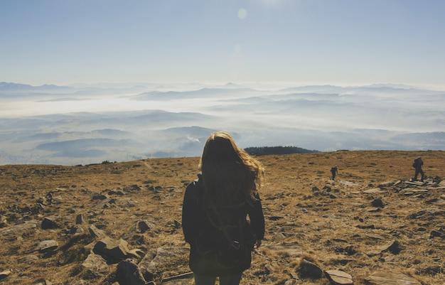 Mulher no meio das montanhas do deserto Foto gratuita