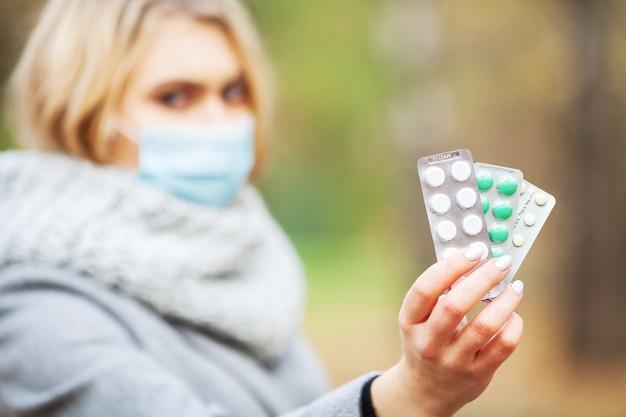 Mulher no parque segurando um comprimido Foto Premium