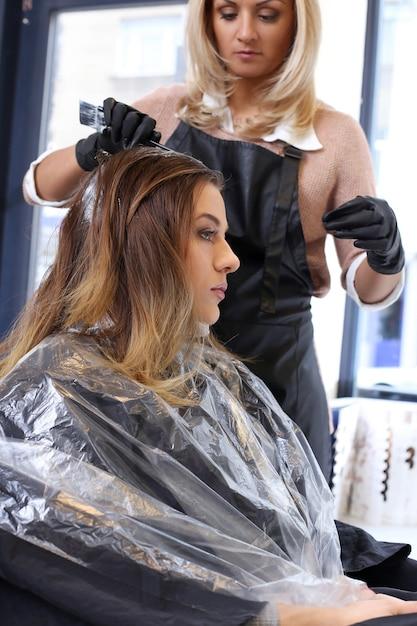 Mulher no salão de cabeleireiro Foto gratuita