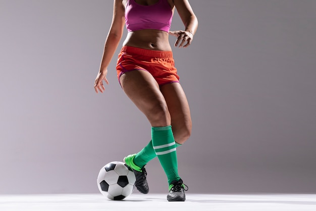 Mulher no sportswear jogando futebol Foto gratuita