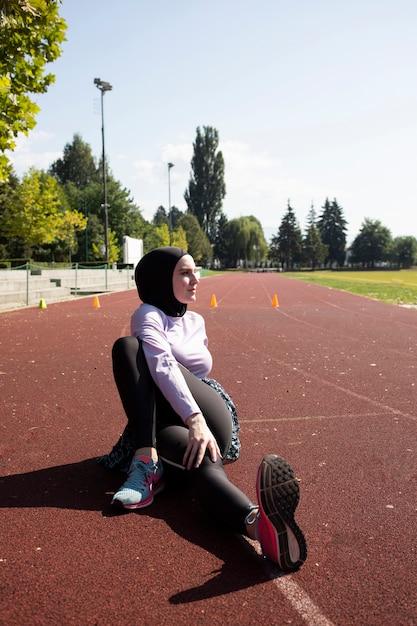 Mulher no treinamento de jaqueta roxa Foto gratuita