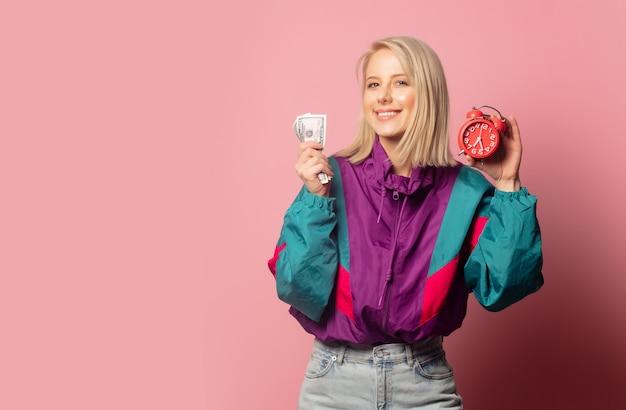 Mulher nos anos 90 roupas com despertador e dinheiro Foto Premium