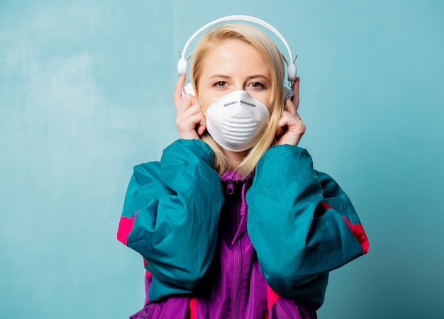 Mulher nos anos 90 roupas e máscara facial com fones de ouvido Foto Premium