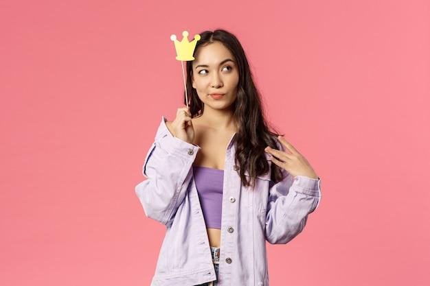 Mulher nova da raça misturada do retrato que mostra o gesto. Foto Premium