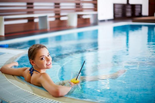 Mulher nova que relaxa na banheira de hidromassagem Foto gratuita