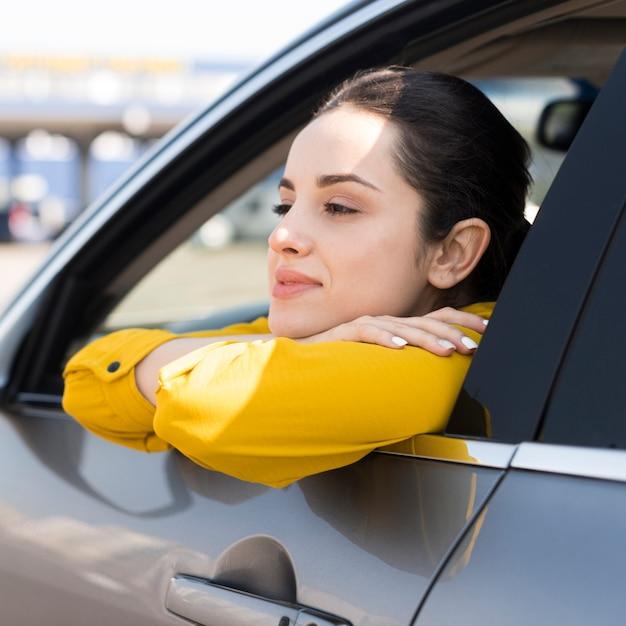 Mulher olhando pela janela do carro Foto gratuita