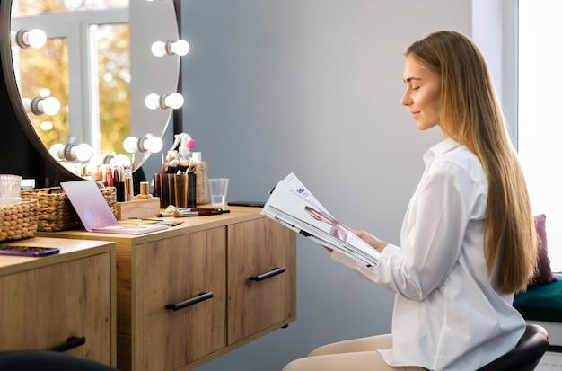 Mulher olhando revista Foto gratuita