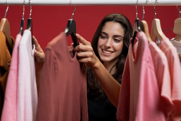 Mulher olhando roupas Foto gratuita